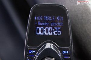 bluetooth-freisprecher-fm-transmitter-t10-zeigt-musiktitel